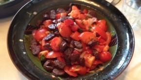 Blodrød tomatsalat